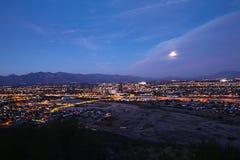 El horizonte de Tucson en la noche Foto de archivo libre de regalías