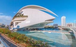 El horizonte de Valencia que ofrece arquitectura moderna y el teatro de la ópera en los artes de la ciudad se centran imagenes de archivo