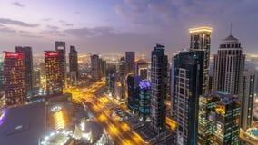 El horizonte del área del oeste de la bahía del top en el día de Doha al timelapse de la noche, Qatar almacen de video