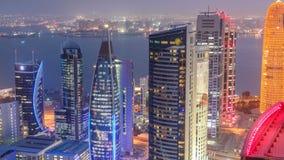 El horizonte del área del oeste de la bahía del top en el día de Doha al timelapse de la noche, Qatar almacen de metraje de vídeo