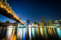 El horizonte del puente y de Manhattan de Queensboro en la noche, vista de Fotos de archivo