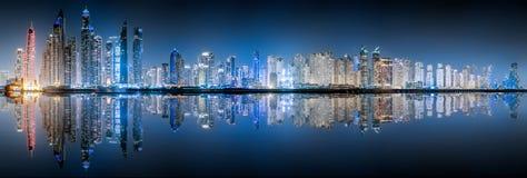 El horizonte del puerto deportivo de Dubai por noche Foto de archivo libre de regalías