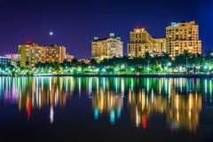 El horizonte en la noche en West Palm Beach, la Florida fotos de archivo