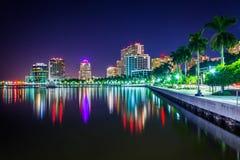 El horizonte en la noche en West Palm Beach, la Florida Imagen de archivo libre de regalías
