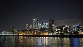 El horizonte fantástico del muelle amarillo por la ciudad de la noche enciende el ofd Londres almacen de video
