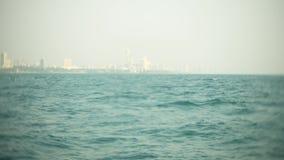 El horizonte urbano moderno Terrapl?n del paisaje de la ciudad con los rascacielos muy altos visi?n desde el mar, 4k, falta de de almacen de video