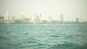 El horizonte urbano moderno Terrapl?n del paisaje de la ciudad con los rascacielos muy altos visi?n desde el mar, 4k, falta de de metrajes