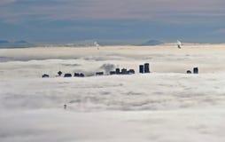 El horizonte y los leones de Vancouver tienden un puente sobre siluetas en niebla Imagen de archivo libre de regalías