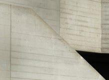 El hormigón colado anguloso texturizó el extracto con las superficies que se inclinaban imagen de archivo