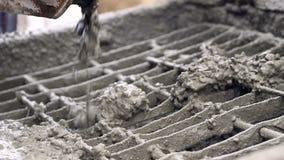 El hormigón del mezclador concreto consigue en el alimentador concreto Primer de las partículas concretas que se mueven lentament almacen de video