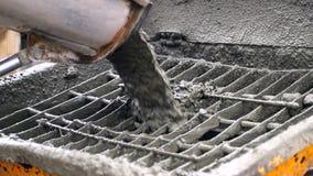 El hormigón del mezclador concreto consigue en el alimentador concreto Primer de las partículas concretas que se mueven lentament metrajes