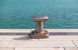 El hormigón, el bolardo y el mar azul Foto de archivo libre de regalías