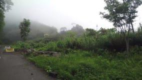 El hormigón estrecho largo pavimentó el camino del zigzag de la bobina en el lado de los acantilados montañosos de Cordillera en  almacen de metraje de vídeo