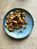 El horno asó las coles de Bruselas con las nueces de pino, ajo, parmesano Imagen de archivo libre de regalías