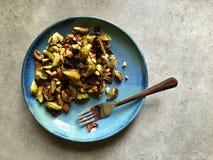 El horno asó las coles de Bruselas con las nueces de pino, ajo, parmesano Fotos de archivo libres de regalías