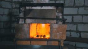 El horno de un herrero engullido en llamas imagen de archivo libre de regalías