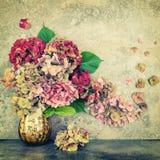 El Hortensia florece el vintage de piedra del fondo del ramo entonado Foto de archivo