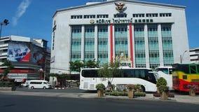 El hospital de Samitivej Chinatown se eleva en el cielo azul metrajes