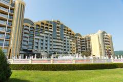 El hotel amarillo grande en Sunny Beach, Bulgaria Fotografía de archivo