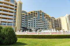 El hotel amarillo grande en Sunny Beach en Bulgaria Fotografía de archivo libre de regalías