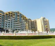 El hotel amarillo grande en Sunny Beach en Bulgaria Foto de archivo