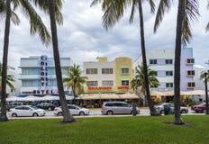 El hotel de la colonia y otros hoteles del art déco situados en el océano conducen Foto de archivo libre de regalías