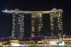 El hotel de Marina Bay Sands con la luz y el laser muestran en Singapur Imagenes de archivo