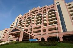 El hotel en la playa asoleada. Fotos de archivo libres de regalías