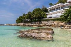 El hotel en la playa de Nai Harn en la isla de Phuket fotos de archivo