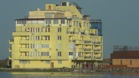 El hotel entre el lago y el mar en Pomorie, Bulgaria almacen de video