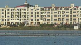El hotel está en la orilla del pájaro del lago en Pomorie, Bulgaria almacen de metraje de vídeo