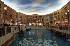 El hotel turístico veneciano con los viajeros totales, Macao de Macao foto de archivo