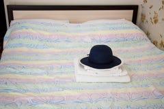 El hotel, una cama matrimonial en sitio, toallas de baño y sombrero - acción p Fotos de archivo