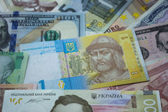 El hryvnia ucraniano, los billetes de dólar, los euros y el otro dinero Vagos del dinero Foto de archivo