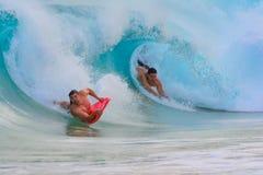 El huésped de la boogie en el tubo como la onda se rompe sobre él Sandy Be fotos de archivo