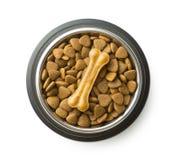 El hueso del chew del perro y secos trituraron la comida de perro fotografía de archivo