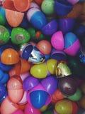 El huevo de Pascua descasca el plástico Imagenes de archivo