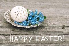 El huevo de Pascua florece el fondo de madera de la decoración del vintage Fotos de archivo