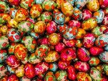 El huevo de Pascua formó los chocolates en paquetes de la hoja imagen de archivo