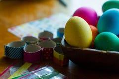 El huevo de Pascua que colorea un adornamiento para los huevos de las vacaciones y las decoraciones amarillean Imágenes de archivo libres de regalías