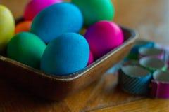 El huevo de Pascua que colorea un adornamiento para los huevos de las vacaciones y las decoraciones amarillean Fotografía de archivo