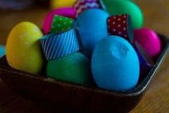 El huevo de Pascua que colorea un adornamiento para los huevos de las vacaciones y las decoraciones amarillean Imagenes de archivo