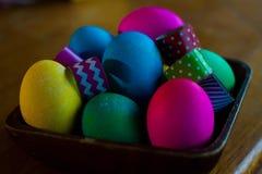 El huevo de Pascua que colorea un adornamiento para los huevos de las vacaciones y las decoraciones amarillean Imagen de archivo