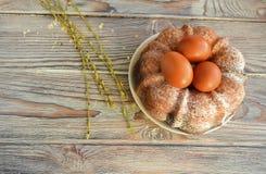 El huevo del color de Pascua es un símbolo del día de fiesta Imagenes de archivo