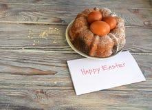 El huevo del color de Pascua es un símbolo del día de fiesta Fotos de archivo