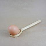 El huevo en la cuchara (2) foto de archivo libre de regalías