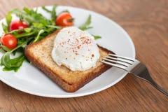 El huevo escalfado foto de archivo