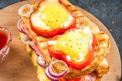 El huevo frito frió en rebanada de pimienta dulce y de bocadillo rojos con el jamón y las verduras estacionales en la placa blanc Fotografía de archivo libre de regalías