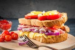 El huevo frito frió en rebanada de pimienta dulce y de bocadillo rojos con el jamón y las verduras estacionales en la placa blanc Imagenes de archivo