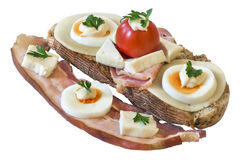 El huevo Ham And Cherry Tomato Sandwich del queso del tocino del vientre aisló Fotos de archivo libres de regalías
